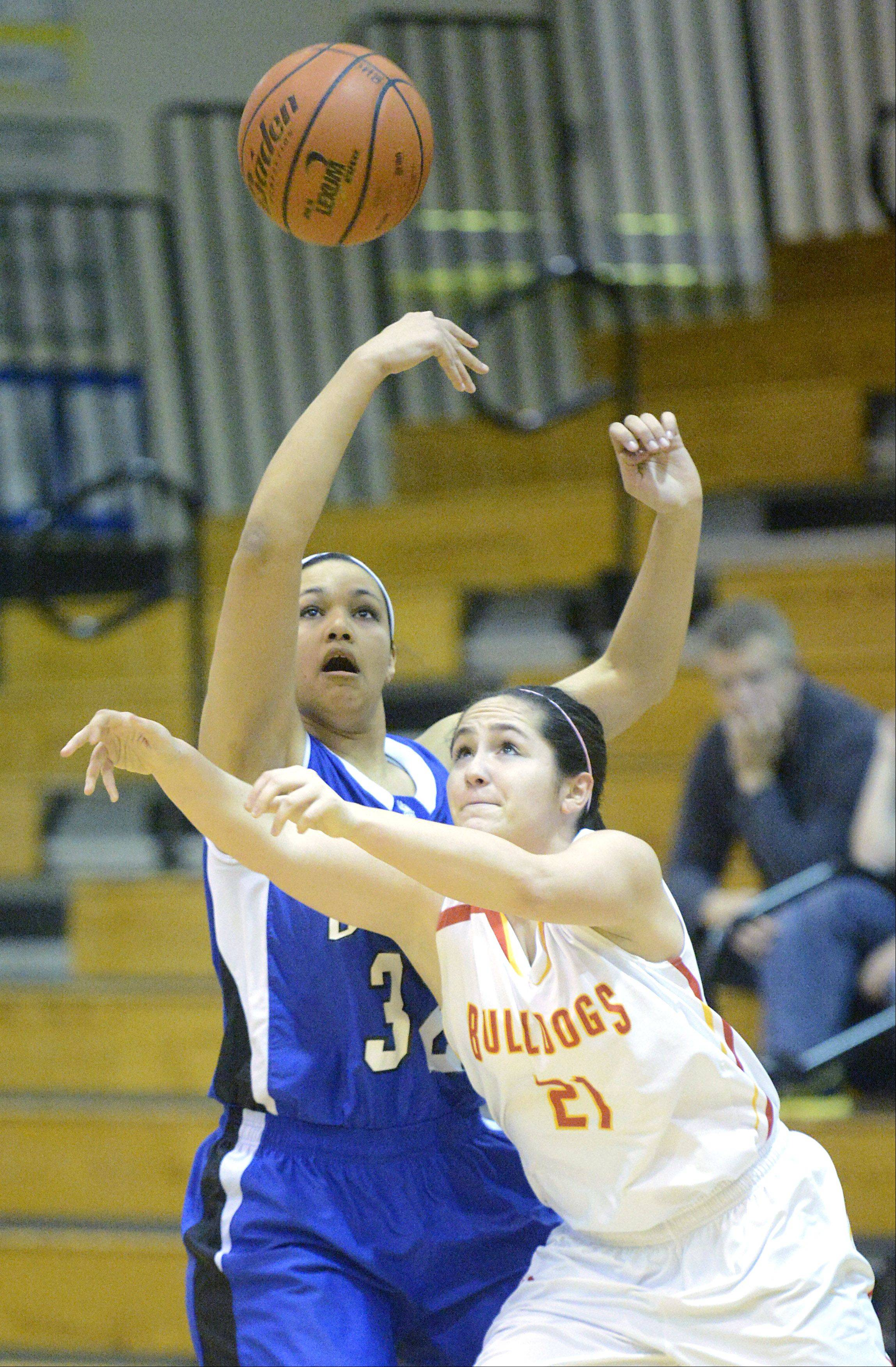 Geneva's Sidney Santos knocks the ball upward and out of the grasp of Batavia's Sami Villarreal in the first quarter on Friday, January 11.